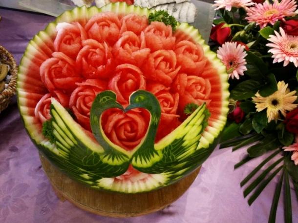 老公用西瓜雕刻的玫瑰花[红心][红心]