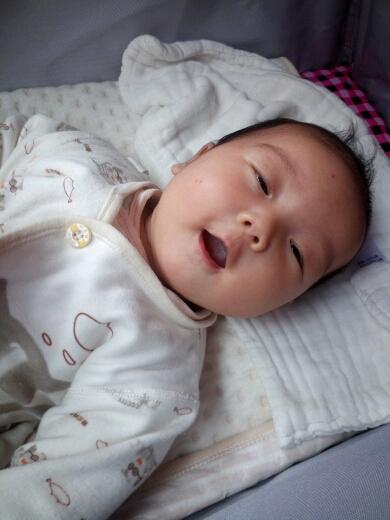 宝宝两个月笑的好开心