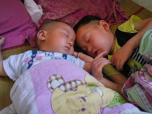 大儿子小儿子两个睡货很可爱