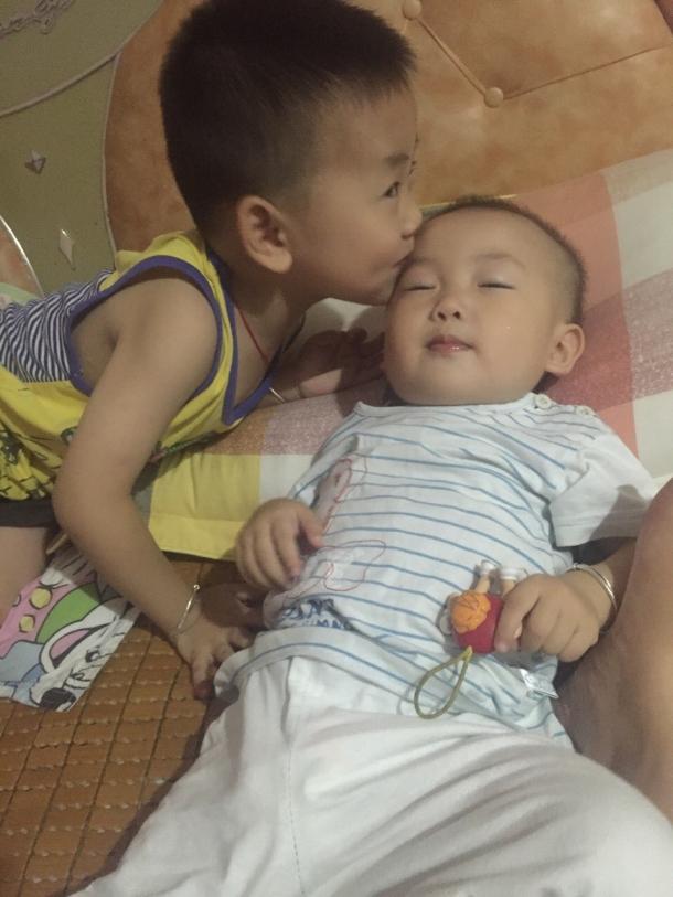 相亲相爱的兄妹俩 - 可爱宝宝论坛 - 育儿论坛 - 育儿