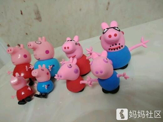 闺女最近迷恋小猪佩奇,然后买了粘土,给她做了一家小猪,很可爱