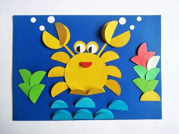 说起拼贴画,在中国,拼贴画属于工艺美术范畴,常用的材料有贝壳、羽毛、树皮、布帛、皮毛、通草、麦秆 布料等。在西方,拼贴画属于现代派艺术范畴。西方的拼贴画常把偶得材料,如报纸碎片、布块、糊墙纸贴在画板、画布或其他质地上,有时与绘画结合而成。 下面带来一款简单的拼贴画,一只海底的大螃蟹。幼儿手工,亲子手工,喜欢的可以和宝贝一起动手做一做,不仅能增加亲子感情,还能锻炼宝贝的动手能力,并从中发现ta的优点哦!还可以学习一些有关螃蟹的知识呢,算是寓教于乐。喜欢的就来关注我吧,会不定期的更新手工作品,总有一款你喜欢的